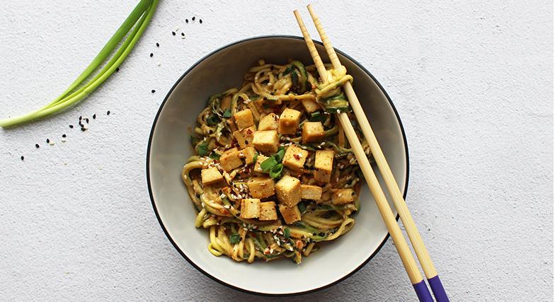 Azijietiški cukinijų makaronai su traškiu tofu
